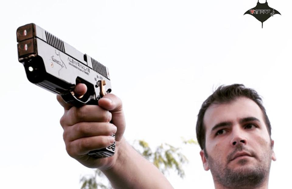 Main pointing (non-lethal) handgun