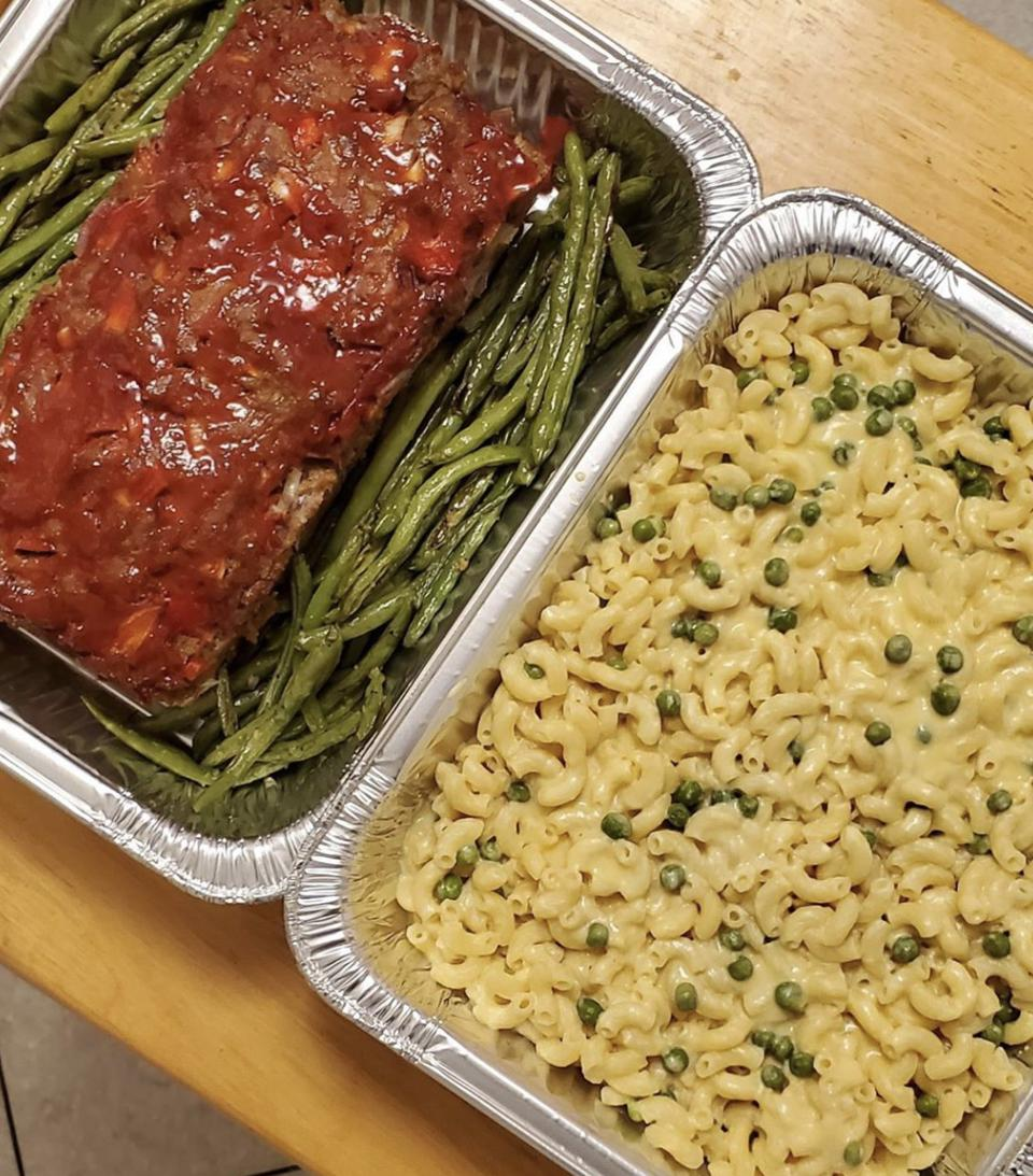 Meatloaf, string beans and macaroni and cheese made by Front Line Family Meals Boston.