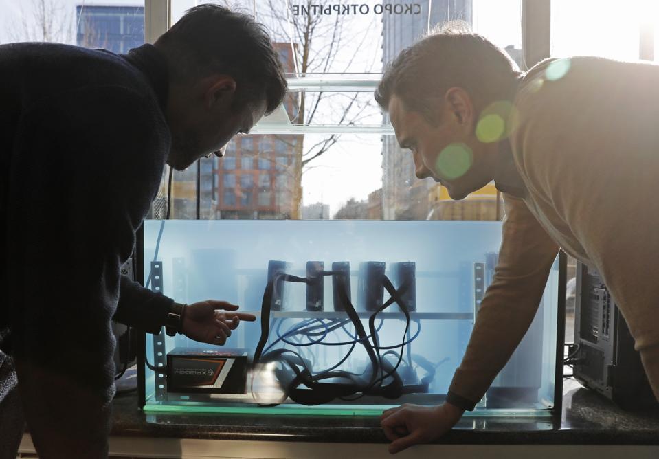 Toko ritel DeeCrypto yang menjual peralatan penambangan cryptocurrency dibuka di Moskow