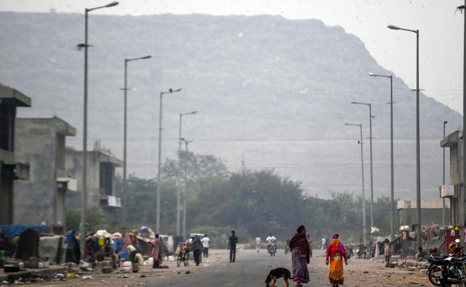 A trash pile in Ghazipur has a surface area of over 285km² and rises by 10 meters a year
