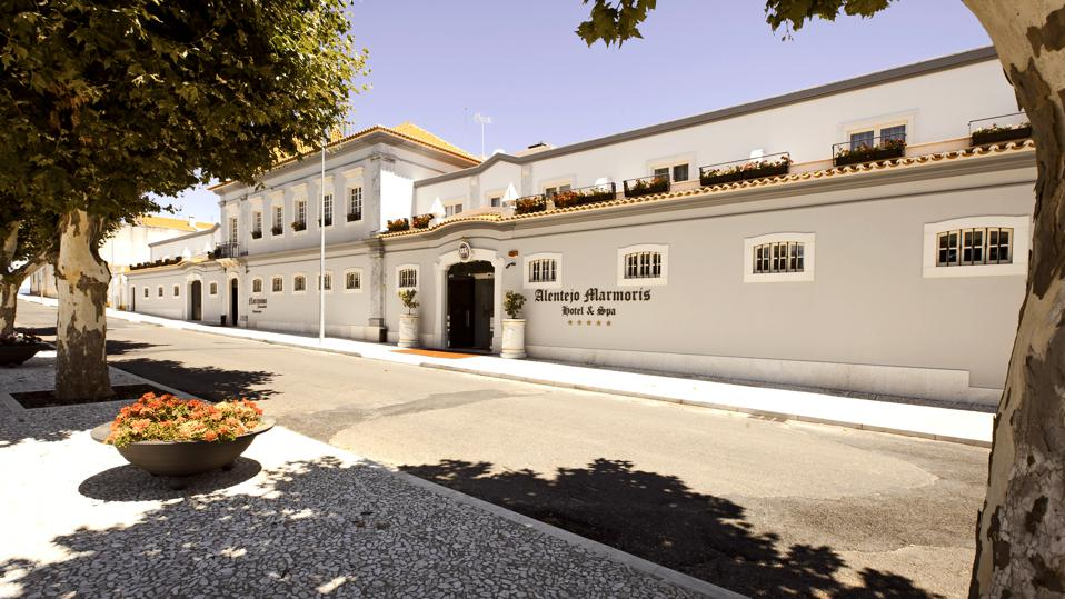 The exterior of the Alentejo Marmoris hotel is long and light blue.