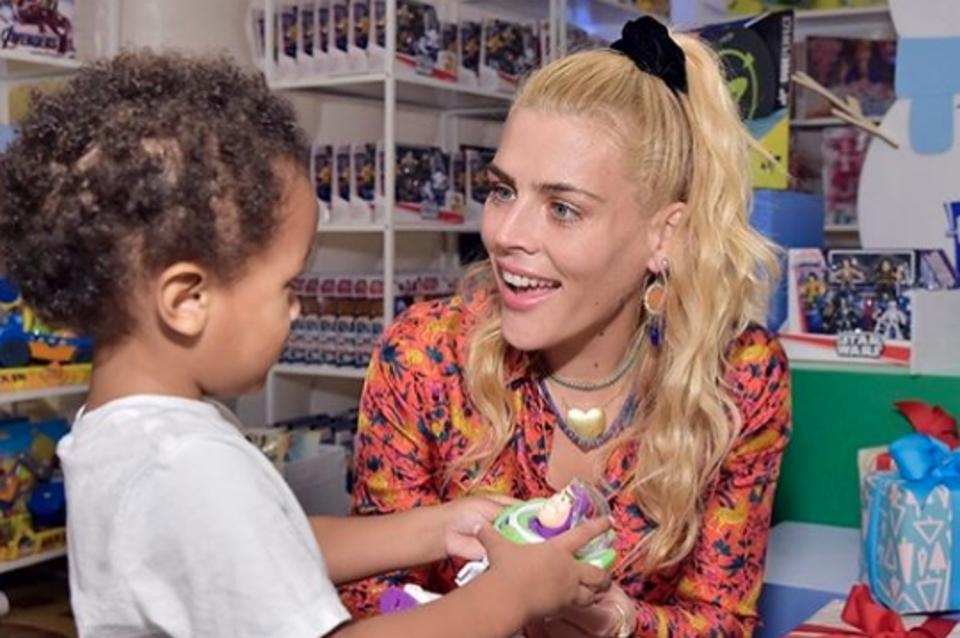 Busy Philipps playing with a child at the 2019 Baby2baby (Nonprofit) Holiday Party.