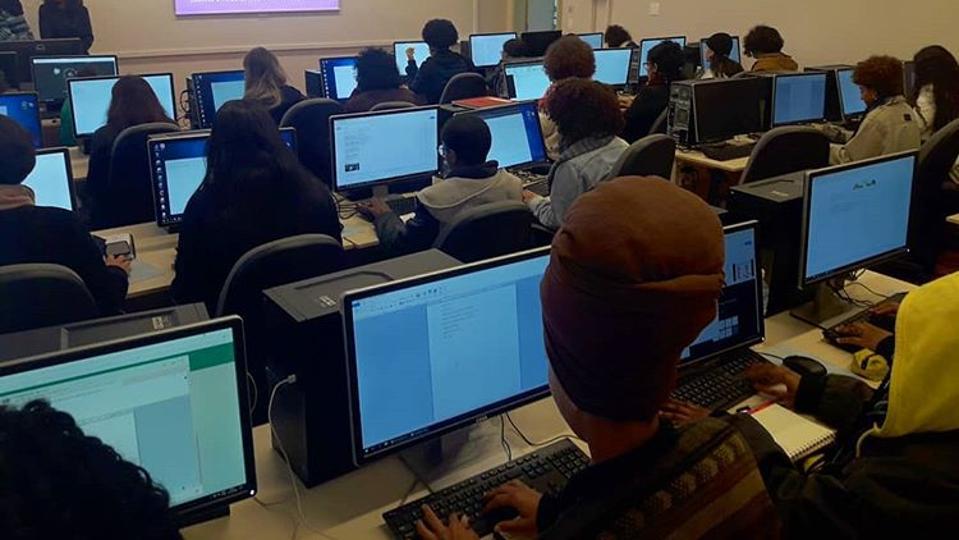 Brazilian girls in a computer logic class run by Minas Programam.
