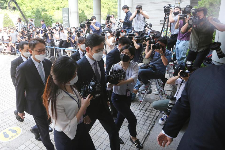 Jay Y. Lee arrives at the Seoul Central District Court.