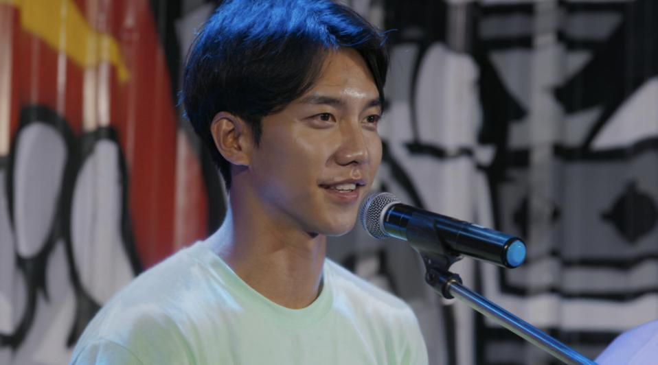 During the series, Lee and co-star Jasper Liu perform at a market.