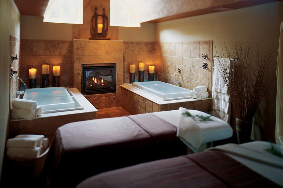 An empty spa suite at Sundara in Wisconsin Dells