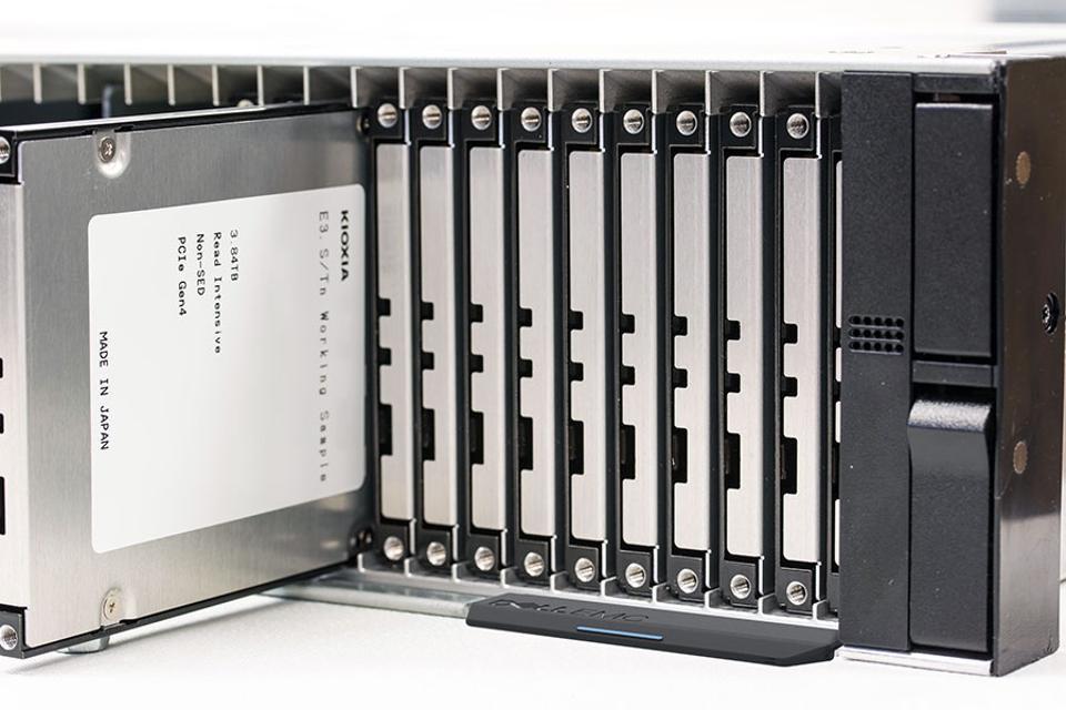 Kioxia E3 Solid State Drives In Dell-EMC Rack