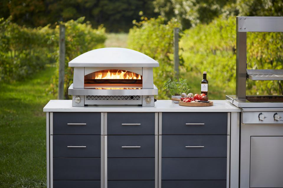 Outdoor-rated, freestanding pizza oven