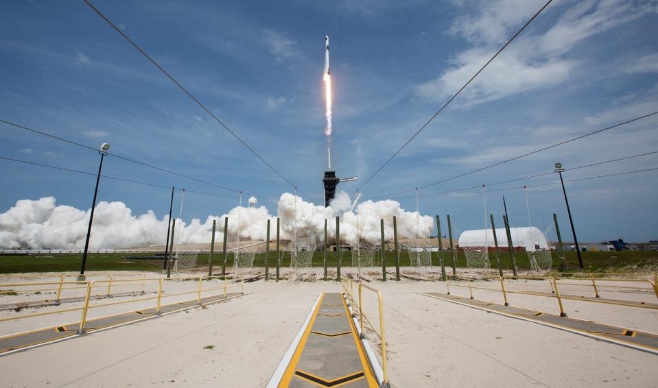 Il razzo SpaceX Falcon 9 che trasportava il veicolo spaziale Crew Dragon della compagnia si alza il 30 maggio 2020 dal Kennedy Space Center in Florida.