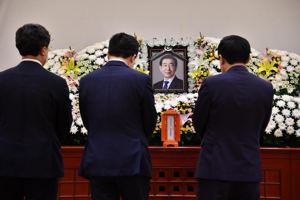 People pay tribute at a memorial altar as they make a call of condolence in honor of the late Seoul Mayor Park Won-soon.