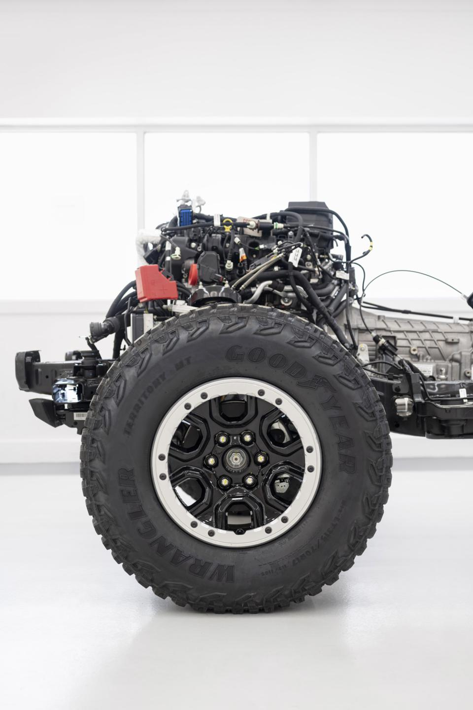 2021 Bronco chassis and powertrain with Sasquatch Package featuring 17-inch high-gloss black aluminum alloy wheels, warm alloy beauty ring and beadlock-capable 35-inch LT315/70R17 mud-terrain tires.