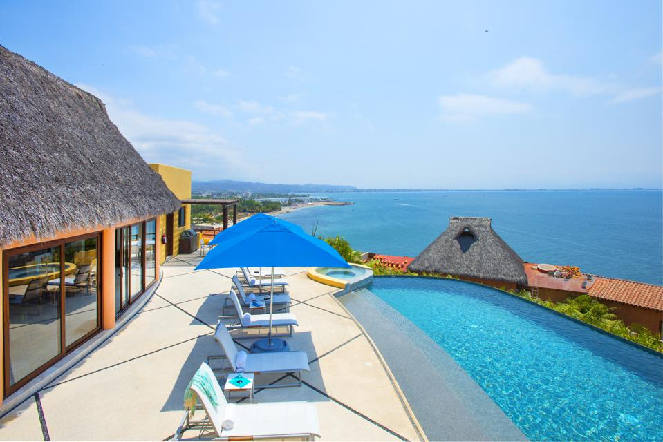 A villa in Mexico with swimming pool overlooking the ocean.