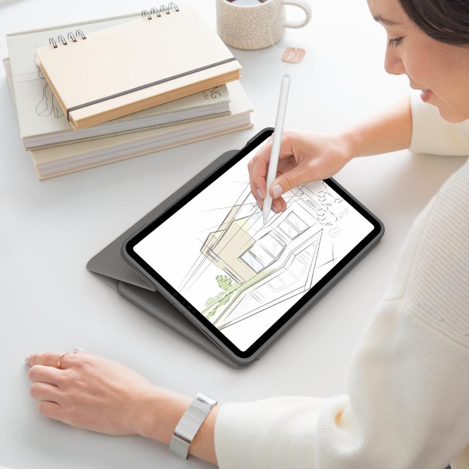 Donna che disegna su un Apple iPad Pro