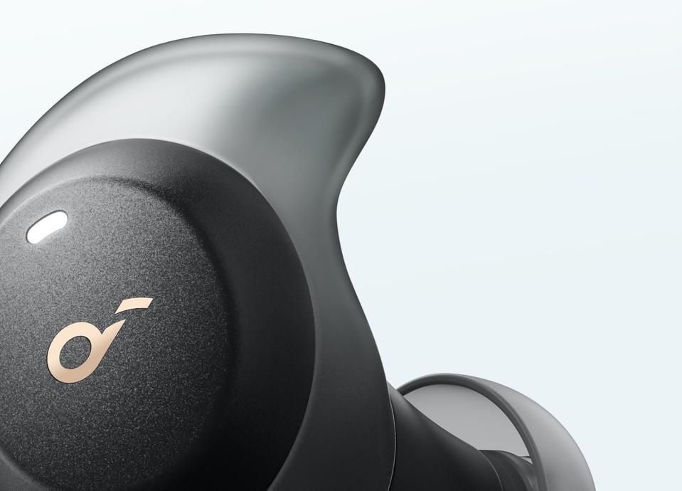 Primo piano di Soundcore Spirit Dot 2 auricolari che mostrano silicone airwing