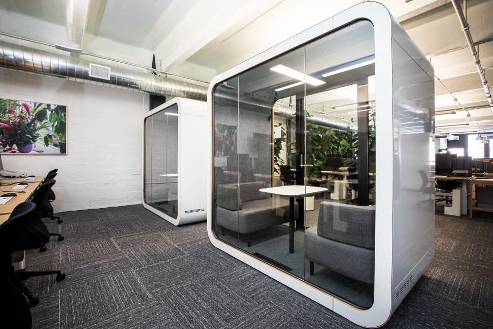 Molti dei nostri uffici sono ora vuoti mentre passiamo il tempo nei nostri uffici domestici