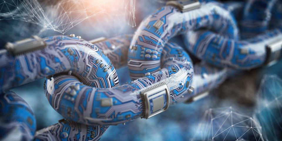 Concetto di tecnologia blockchain.  Catena a forma di circuito stampato con cpu su sfondo futuristico blu.