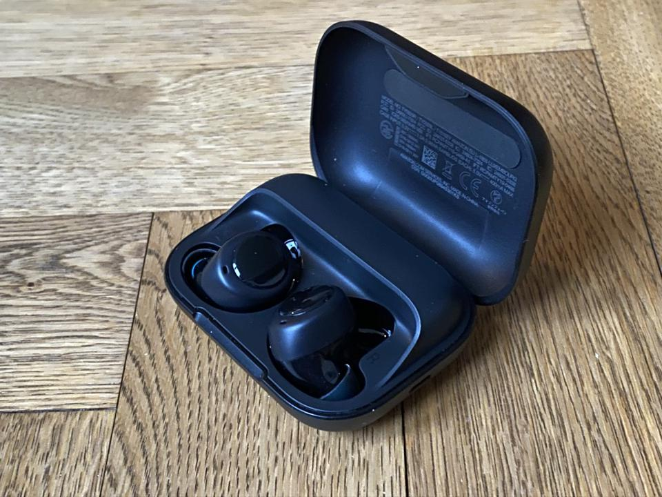 Amazon Echo Buds nella loro custodia di ricarica.