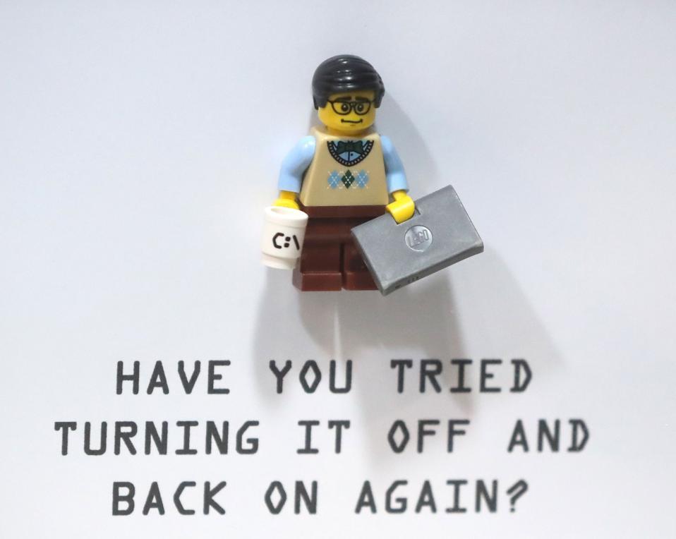 Una rappresentazione in stile Lego di un personaggio IT Crowd con ″ hai provato a spegnerlo e riaccenderlo ″ citato di seguito.