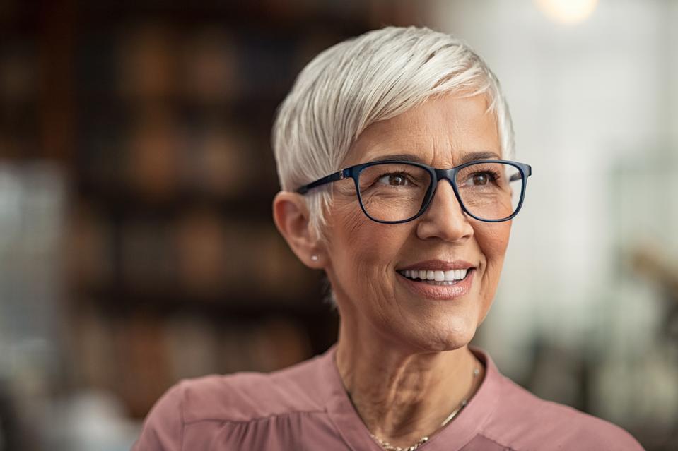 Donna senior che sorride con gli occhiali