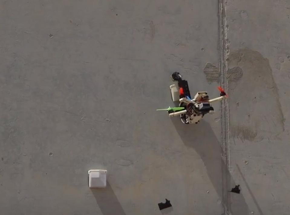 Ένα drone που κολλάει σε έναν τοίχο