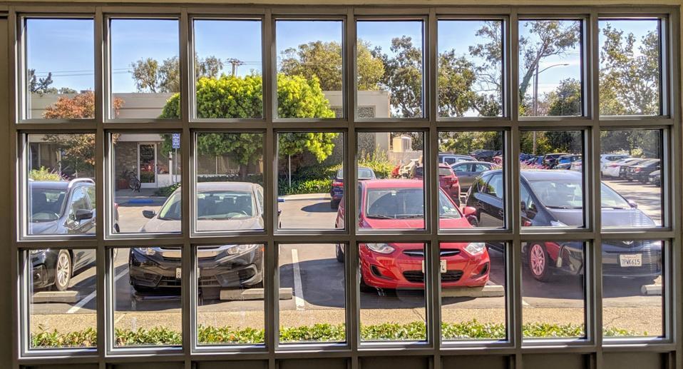 Tutte le finestre degli uffici Ubiquitous Energy sono state realizzate con questa tecnologia