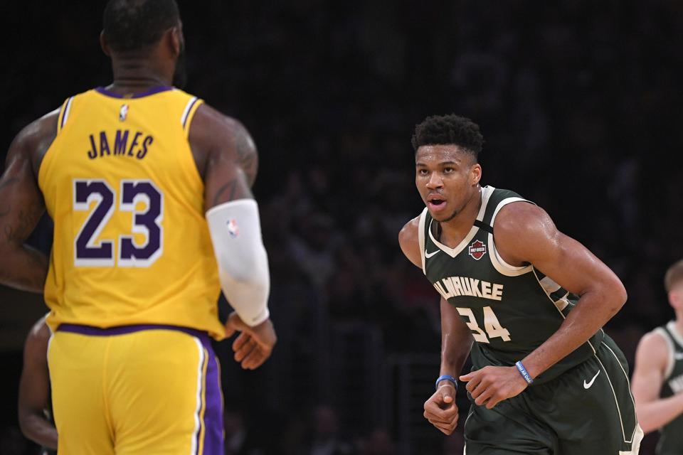 Giannis Antetokounmpo, do Bucks, defendendo LeBron James do Lakers em um jogo de 6 de março.