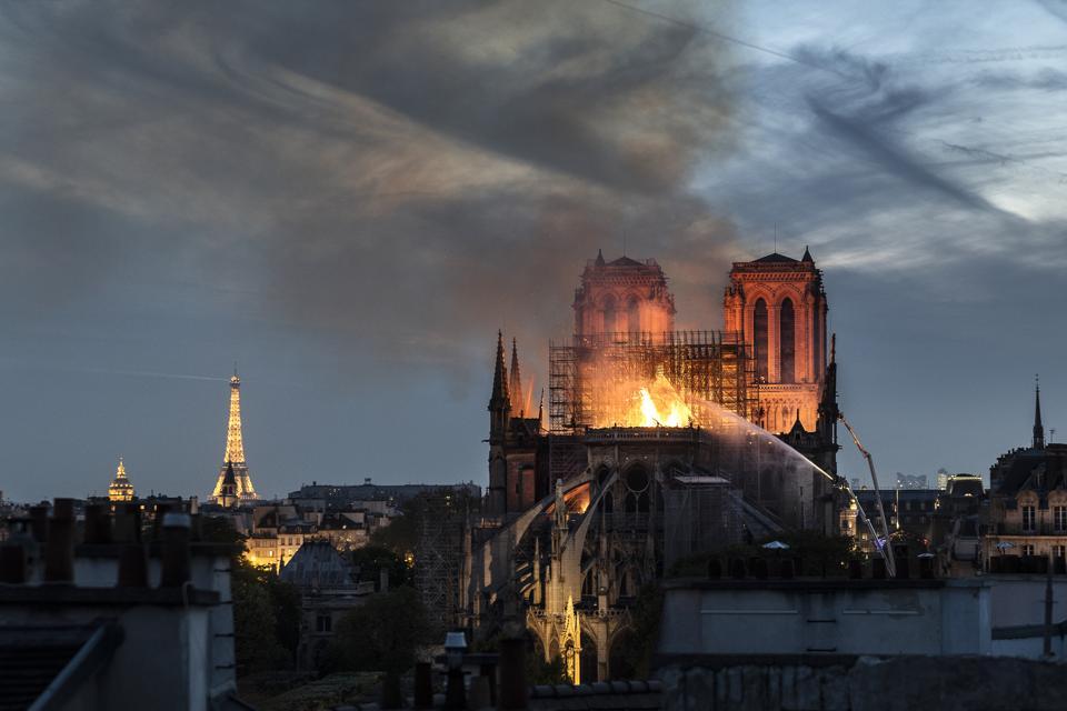 Il fuoco scoppia nell'iconica Cattedrale di Notre-Dame a Parigi