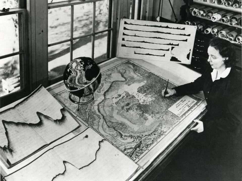 Marie Tharp used hundreds of seismic profiles to reconstruct the topography of the seafloor, like here of the Atlantic Ocean.