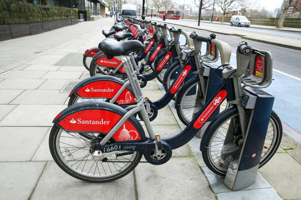 Santander Cycles a noleggio parcheggiata in un rack nel centro di Londra ...