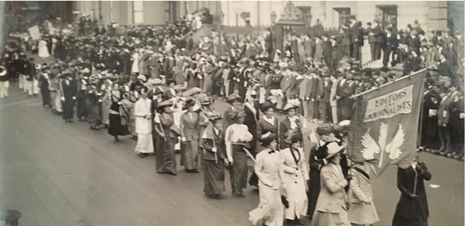 Editors and Journalists″ marching in the 1911 New York suffrage parade, photo by Jessie Tarbox, from the collection of W.R.G.Byers