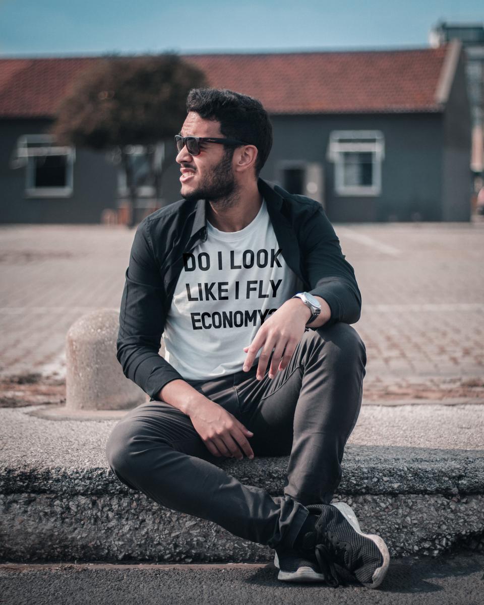 T-shirt that says ″Do I Look Like I Fly Economy?″