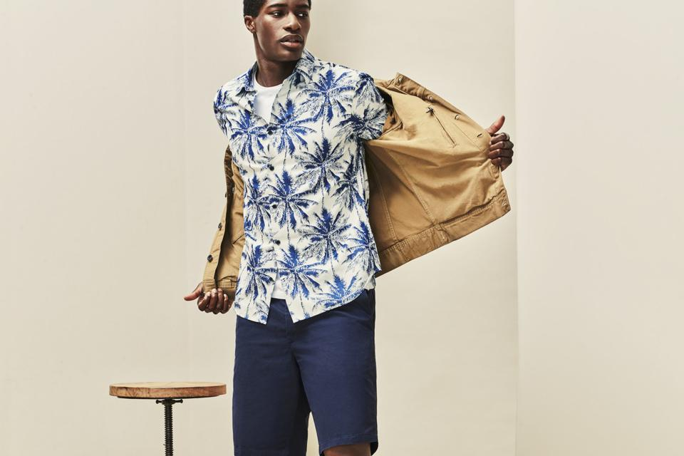 Relaxed, short-sleeved palm print shirt for both the beach and après.