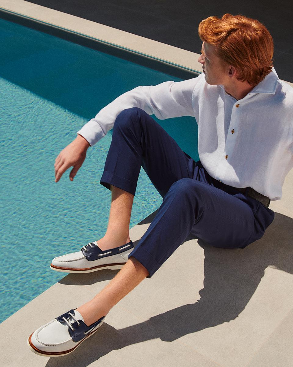 Boat leather loafer: Leather loafers in white color. A modern interpretation of an iconic silhouette. The 2-hole lacing is in antiqued leather with a contrasting blue color. Apron stitching with raised borders on the upper. Rubber sole, in a contrasting white color. Made in Italy.