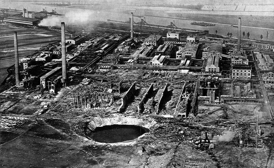BASF - Oppau: Luftaufnahme der 'Badischen Anilin und Sodafabrik' (BASF) nach der Explosion vom 21.09.1921