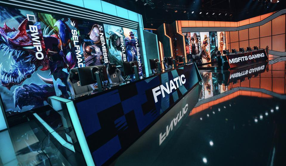 Fnatic face off against Misfits in the LEC.