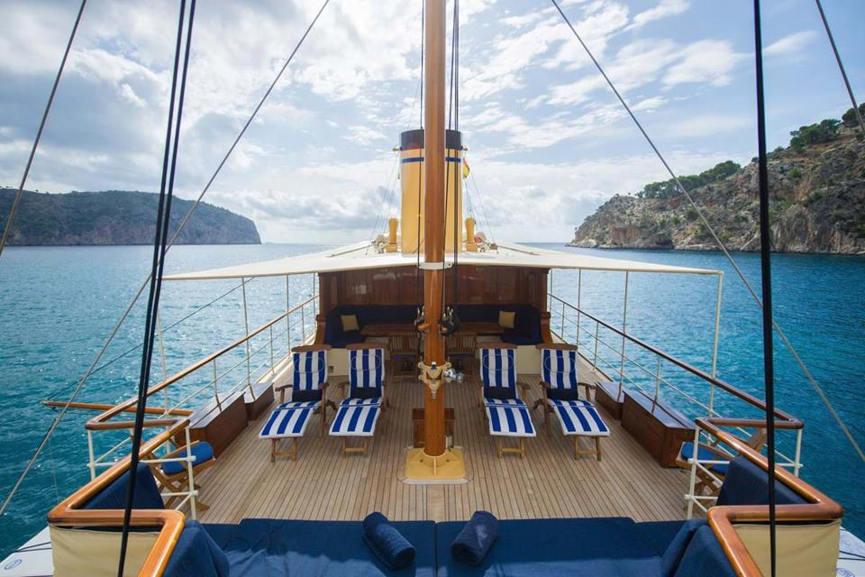Fair Lady's sun deck defines 1920's elegance and excess!