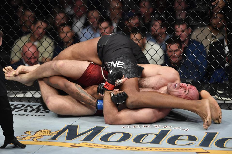 Aleksei Oleinik faces Derrick Lewis in the main event of tonight's UFC on Las Vegas 6 fight card