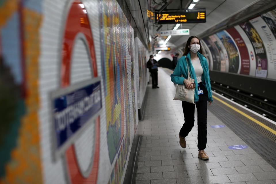 BRITAIN-HEALTH-VIRUS-TRANSPORT-TRAVEL Covid-19 coronavirus pandemic face mask