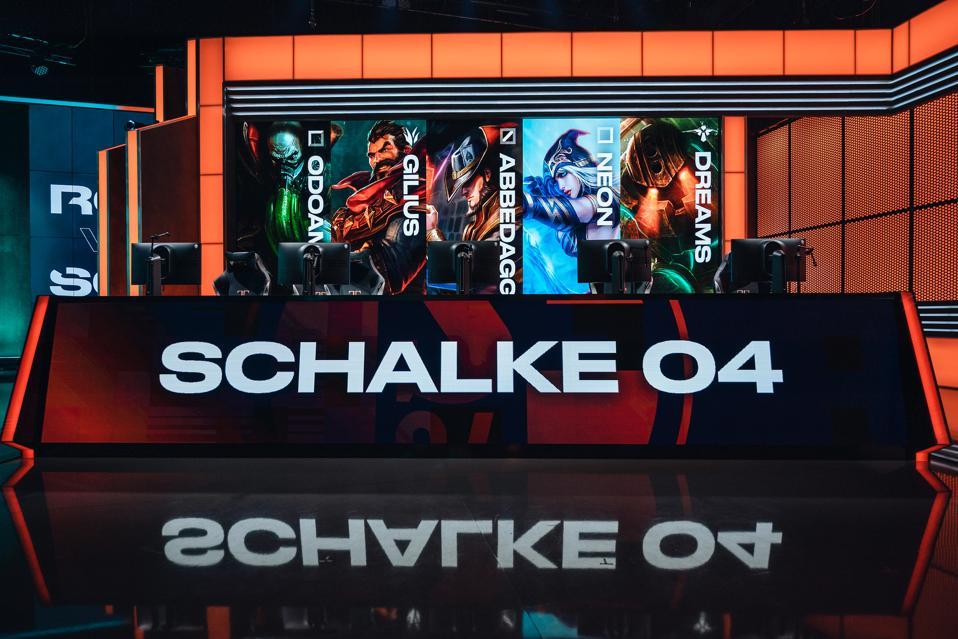 Schalke 04 qualify for playoffs.