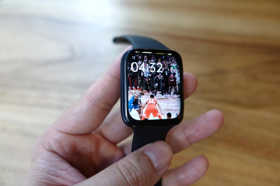 Users can add any picture they like to fill up an entire watch face.