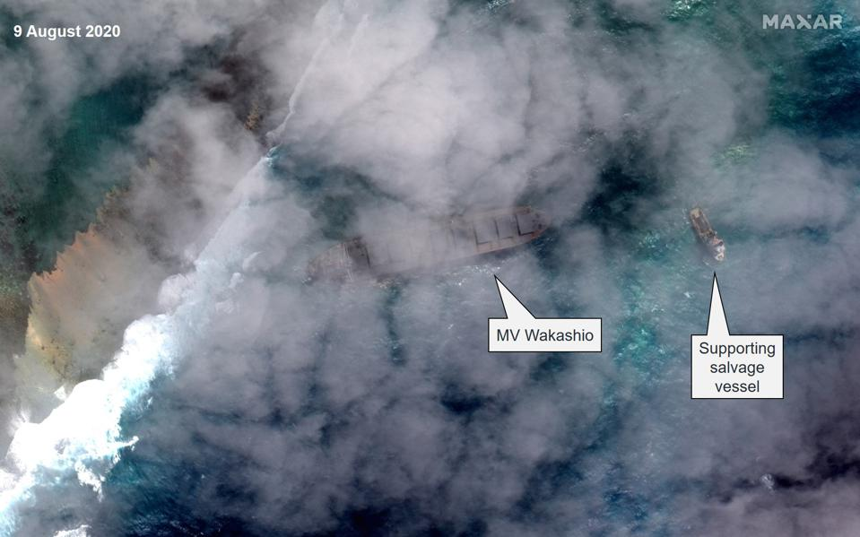 9 August 2020: Salvage operations continue as MV Wakashio remains stuck against the reef and continues to leak oil
