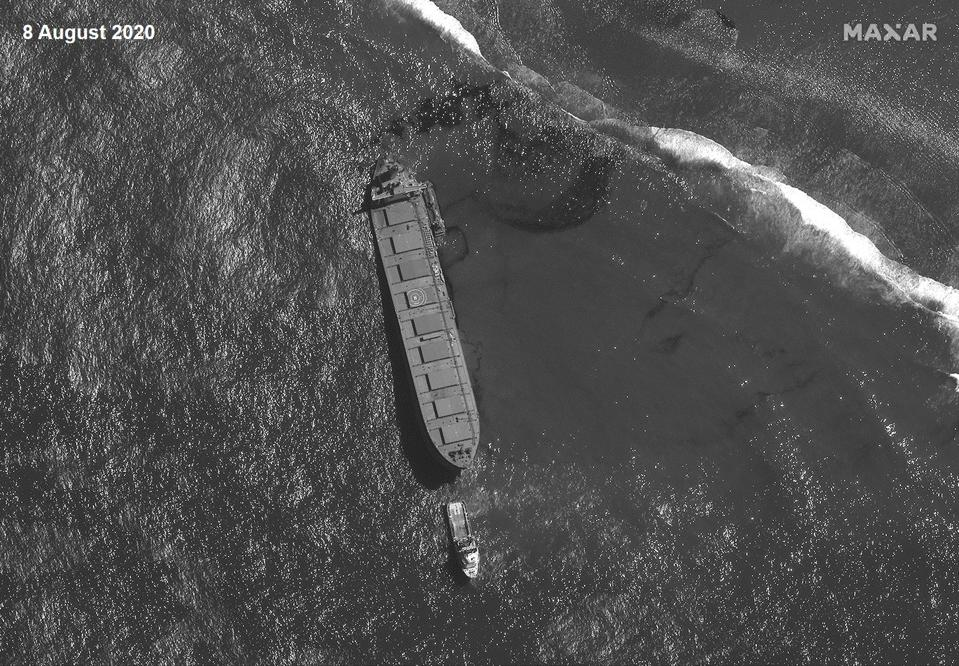 8 August 2020: Using a different satellite (panchromatic), the salvage operations around the MV Wakashio can be tracked