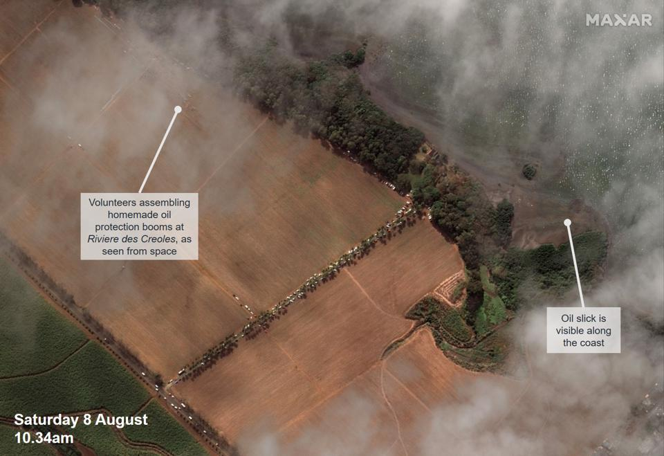 8 August 2020: the assembly of homemade oil protection booms by thousand of volunteers in Mauritius could be seen from space.
