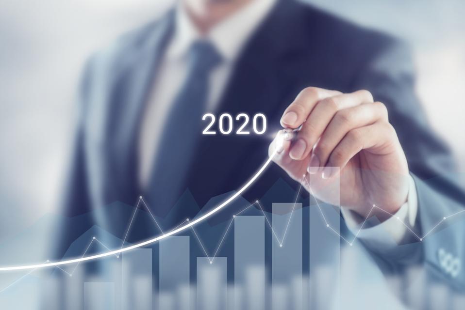 Succès de croissance dans le concept 2020.  Plan d'homme d'affaires et augmentation des indicateurs positifs dans son entreprise.