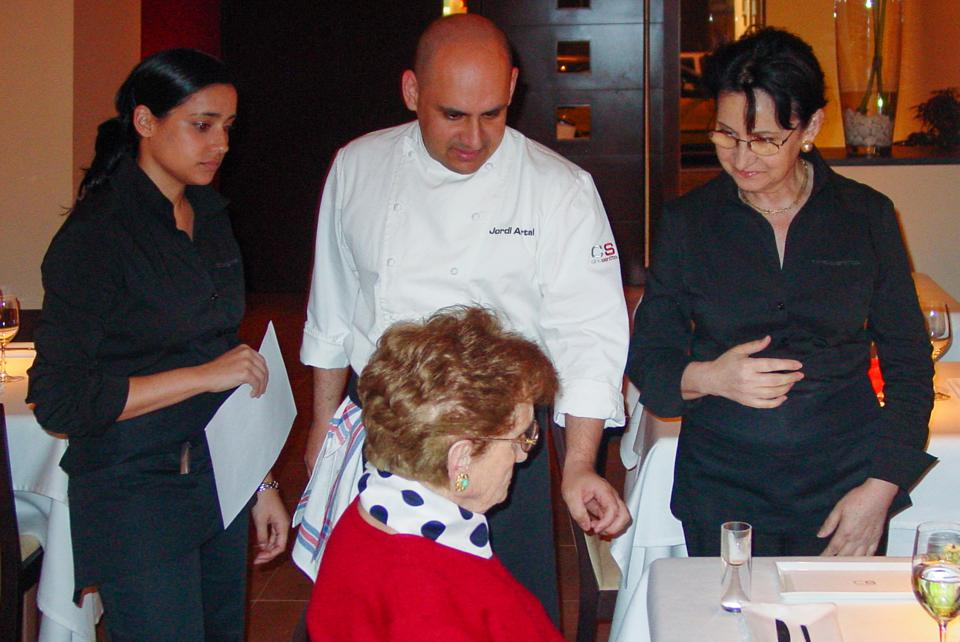 Jordi Artal with his sister, mother and grandmother at Cinc Sentits restaurant in 2004.