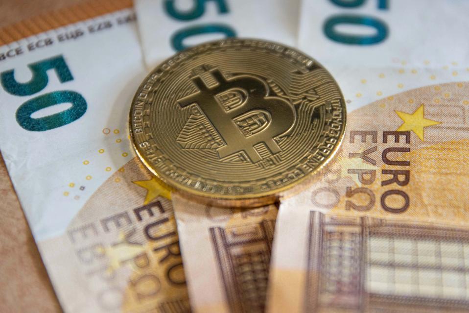Ilustrasi Bitcoin Pada Uang Kertas Euro