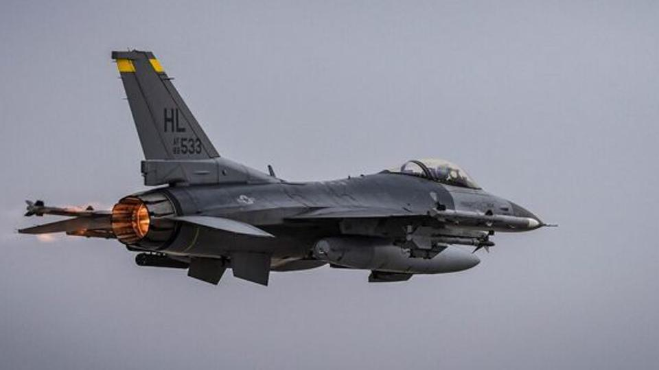 An F-16 with a combat loadout in afterburner.