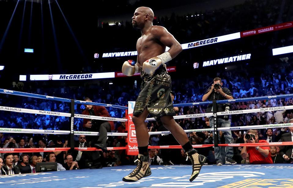 Floyd Mayweather se suelta en el ring.