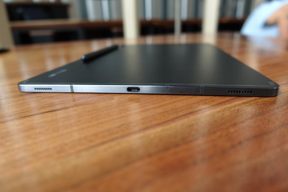 Vỏ của máy tính bảng được làm bằng nhôm.