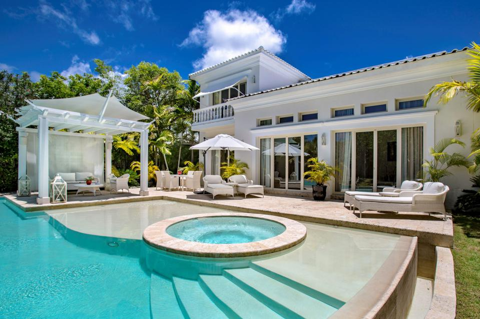 A white villa with pool and Jacuzzi